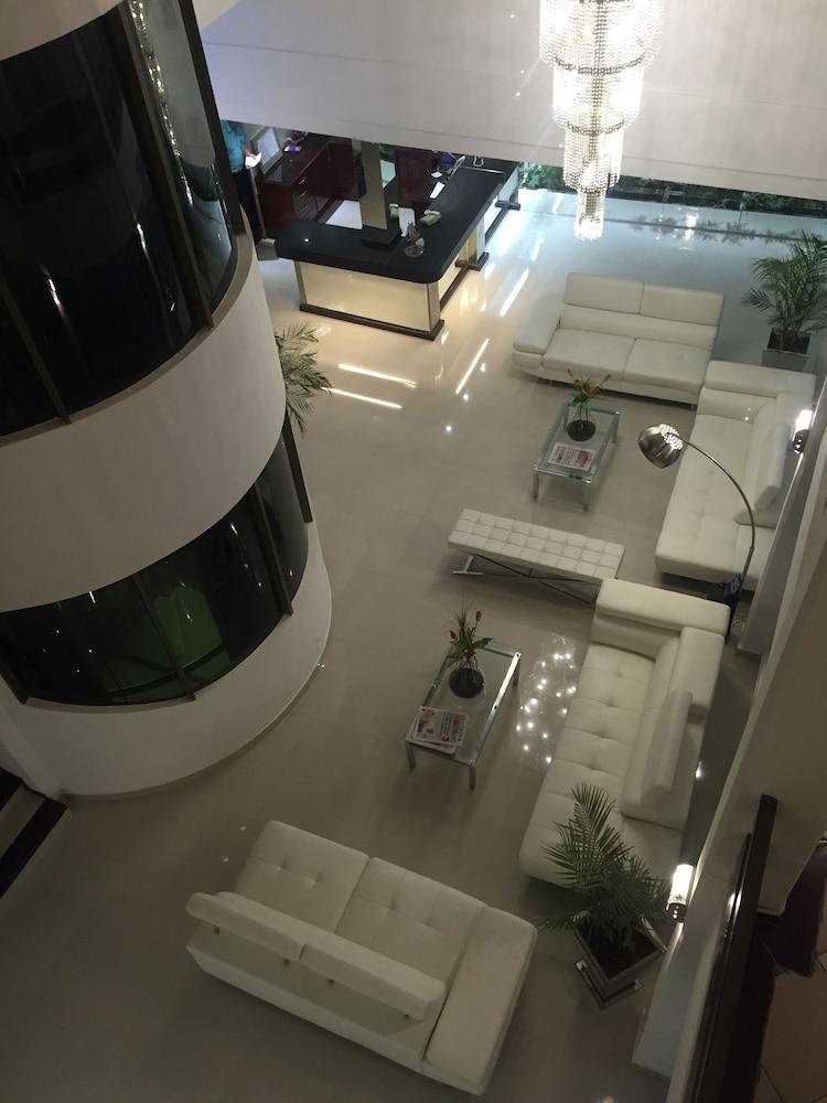 https://i.travelapi.com/hotels/1000000/50000/43900/43892/debc87ca_z.jpg