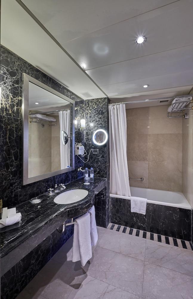 https://i.travelapi.com/hotels/1000000/50000/46100/46033/012bb258_z.jpg