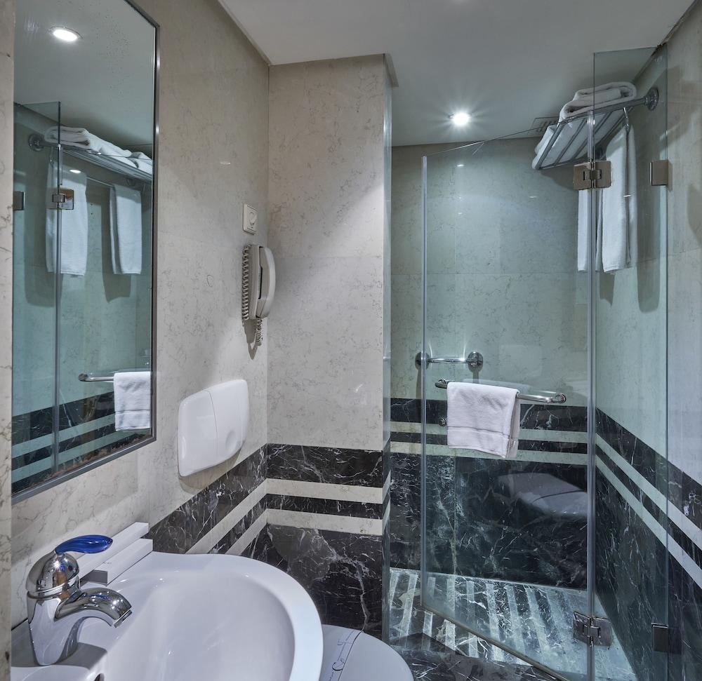 https://i.travelapi.com/hotels/1000000/50000/46100/46033/311d0268_z.jpg