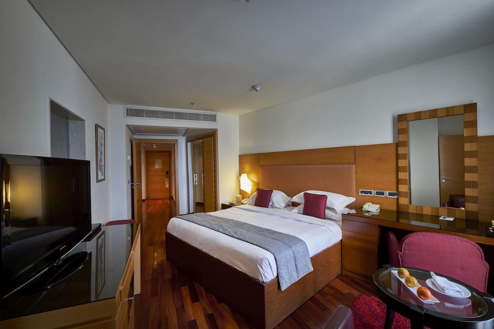 https://i.travelapi.com/hotels/1000000/50000/46100/46033/3491f5e2_z.jpg