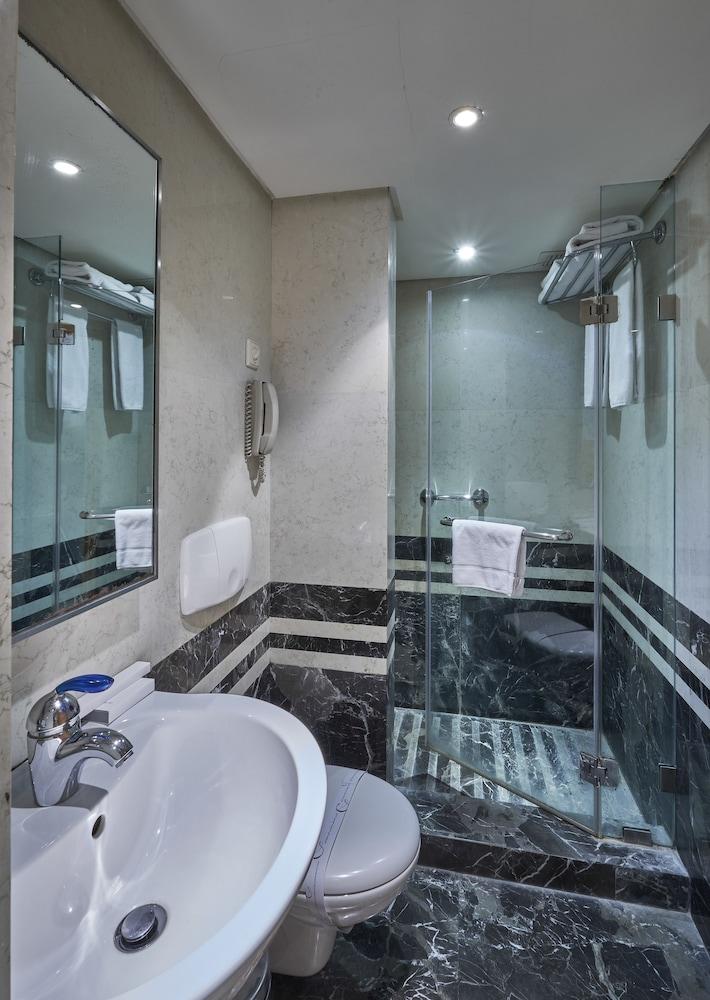 https://i.travelapi.com/hotels/1000000/50000/46100/46033/39743ee7_z.jpg