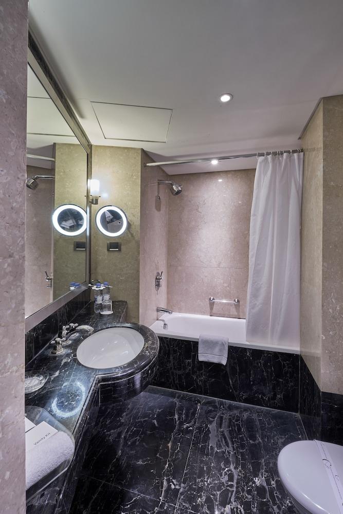 https://i.travelapi.com/hotels/1000000/50000/46100/46033/3c7c3861_z.jpg