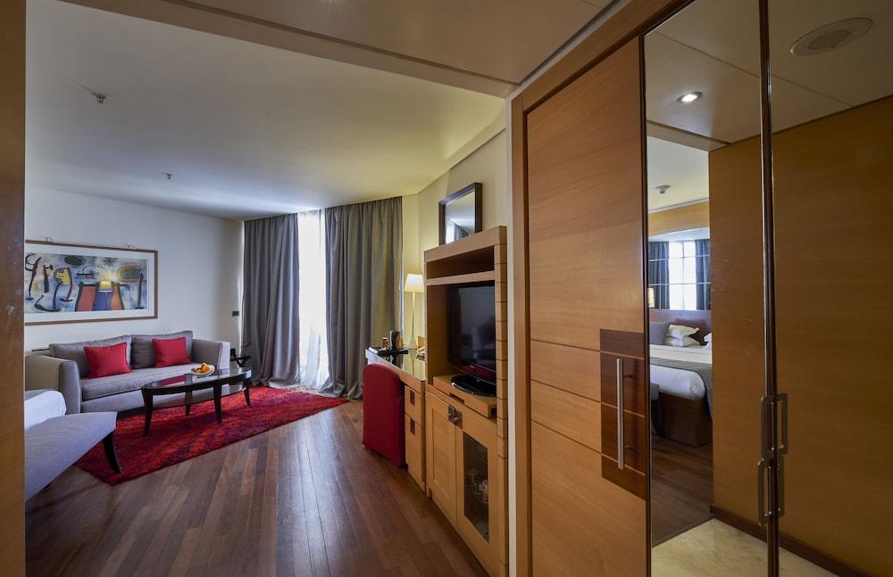 https://i.travelapi.com/hotels/1000000/50000/46100/46033/4697b1d0_z.jpg