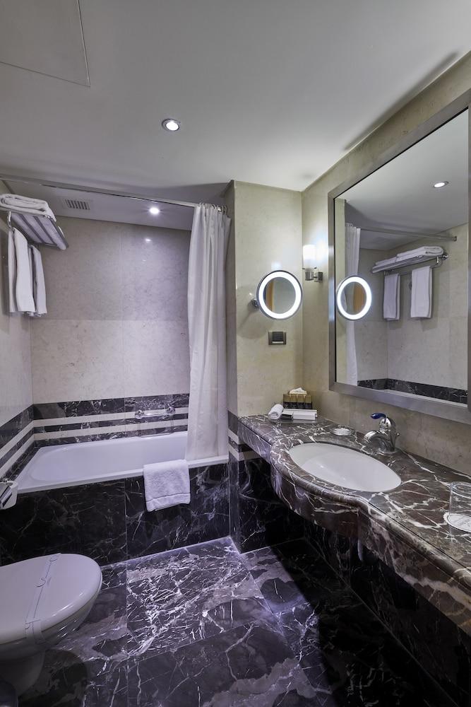 https://i.travelapi.com/hotels/1000000/50000/46100/46033/5ef3d679_z.jpg