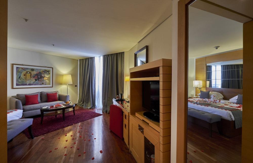 https://i.travelapi.com/hotels/1000000/50000/46100/46033/85402bf5_z.jpg