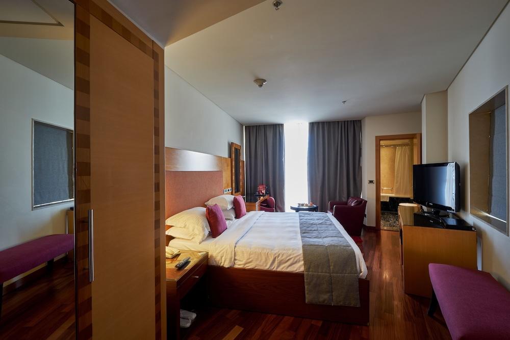 https://i.travelapi.com/hotels/1000000/50000/46100/46033/8fe91981_z.jpg