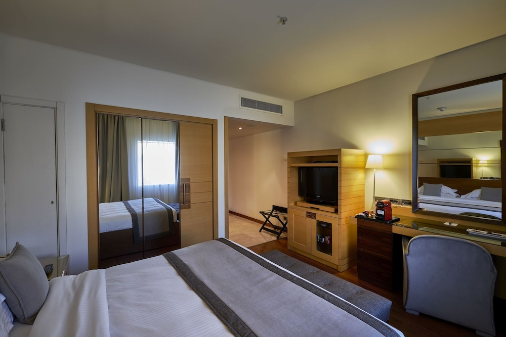 https://i.travelapi.com/hotels/1000000/50000/46100/46033/d149161a_z.jpg