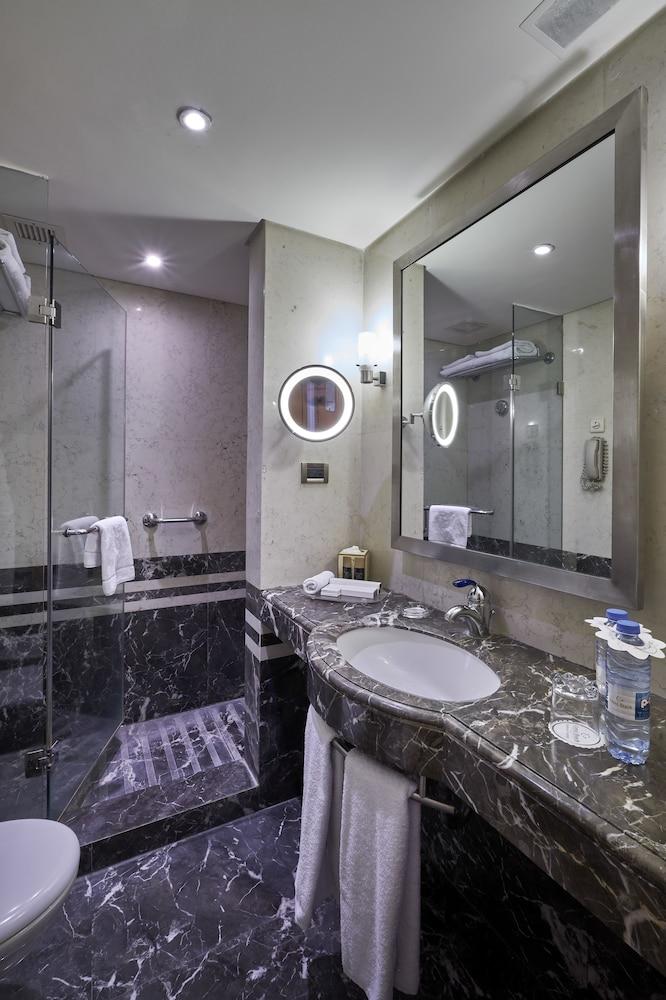 https://i.travelapi.com/hotels/1000000/50000/46100/46033/ed8f357b_z.jpg
