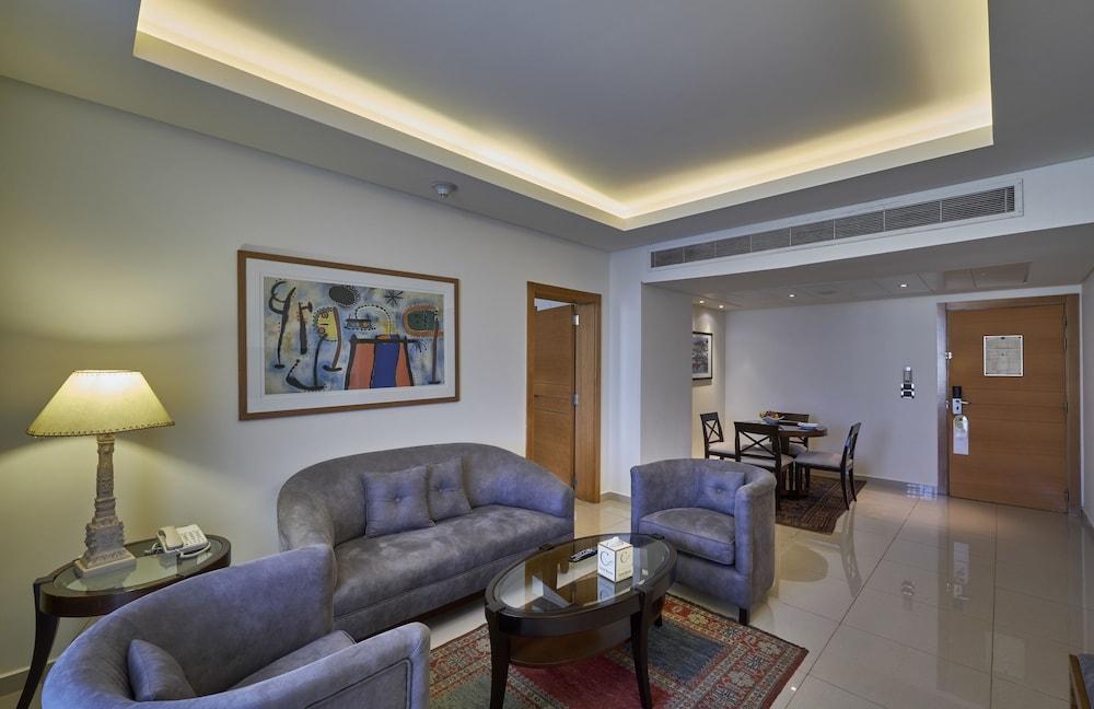 https://i.travelapi.com/hotels/1000000/50000/46100/46033/f8415838_z.jpg