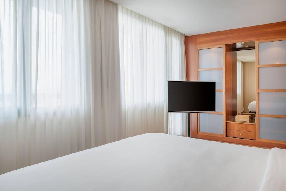 https://i.travelapi.com/hotels/1000000/50000/47000/46926/14c97bab_z.jpg