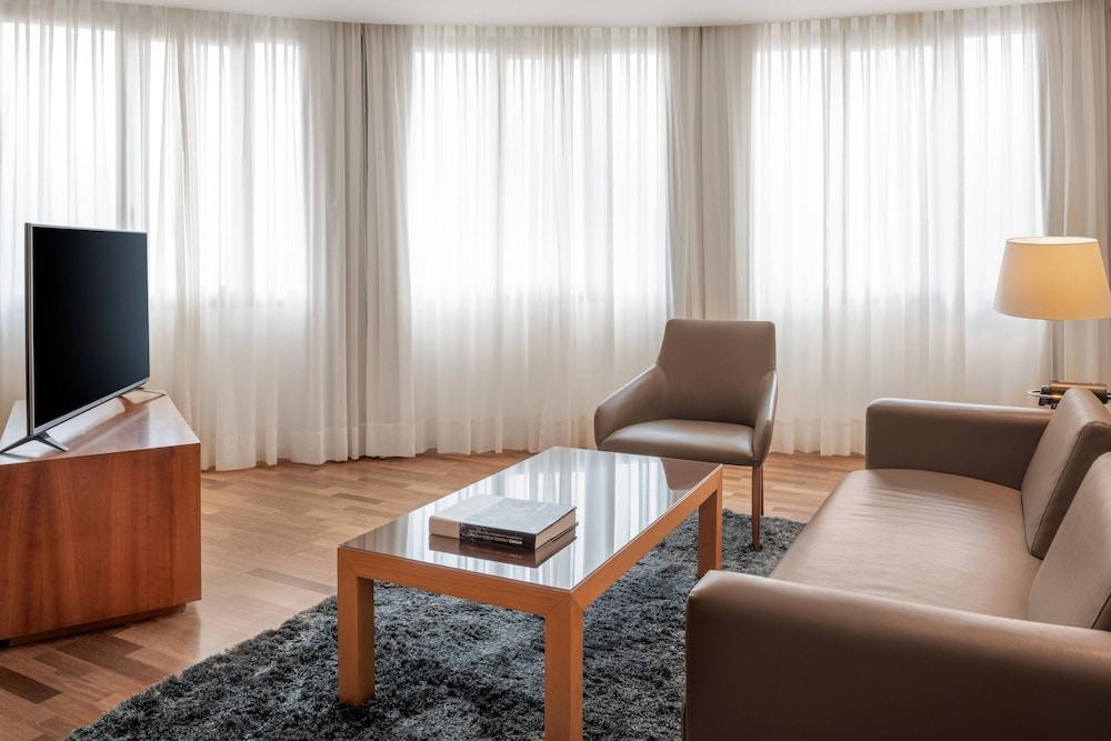 https://i.travelapi.com/hotels/1000000/50000/47000/46926/337d100e_z.jpg