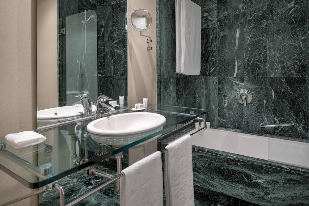 https://i.travelapi.com/hotels/1000000/50000/47000/46926/af82d31a_z.jpg