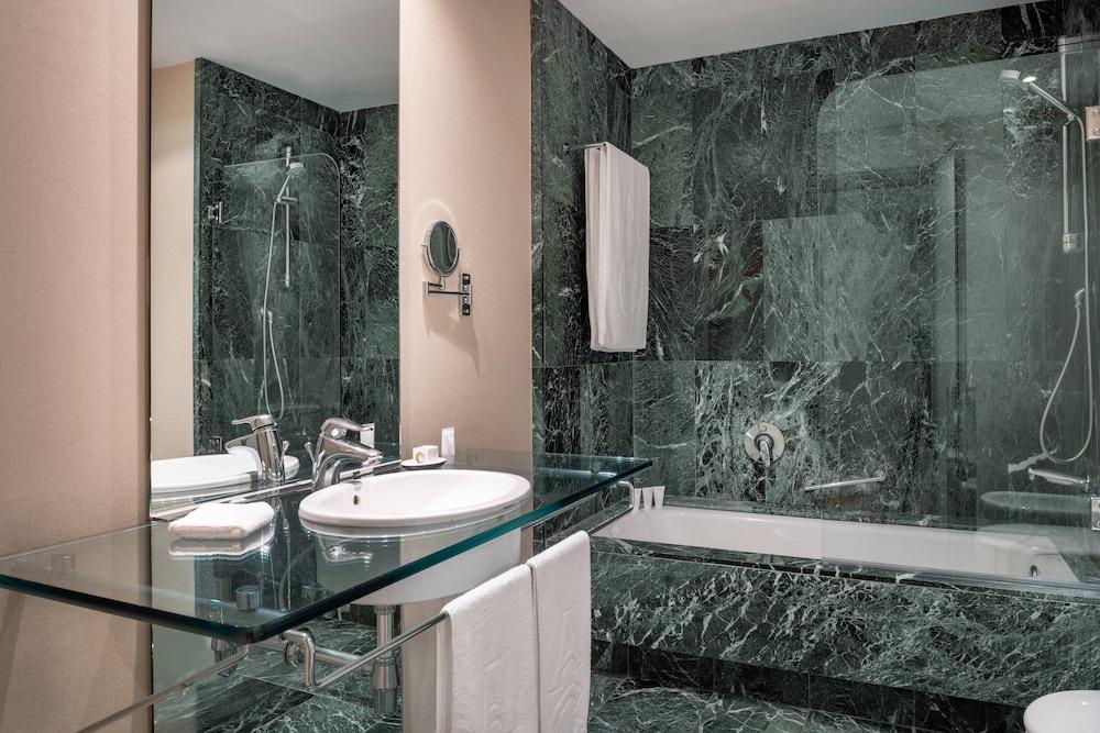 https://i.travelapi.com/hotels/1000000/50000/47000/46926/d1c00851_z.jpg