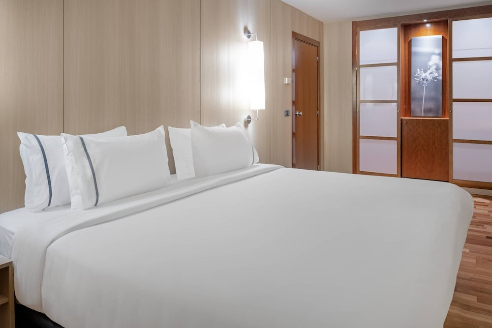 https://i.travelapi.com/hotels/1000000/50000/47000/46926/e7c7d1ae_z.jpg
