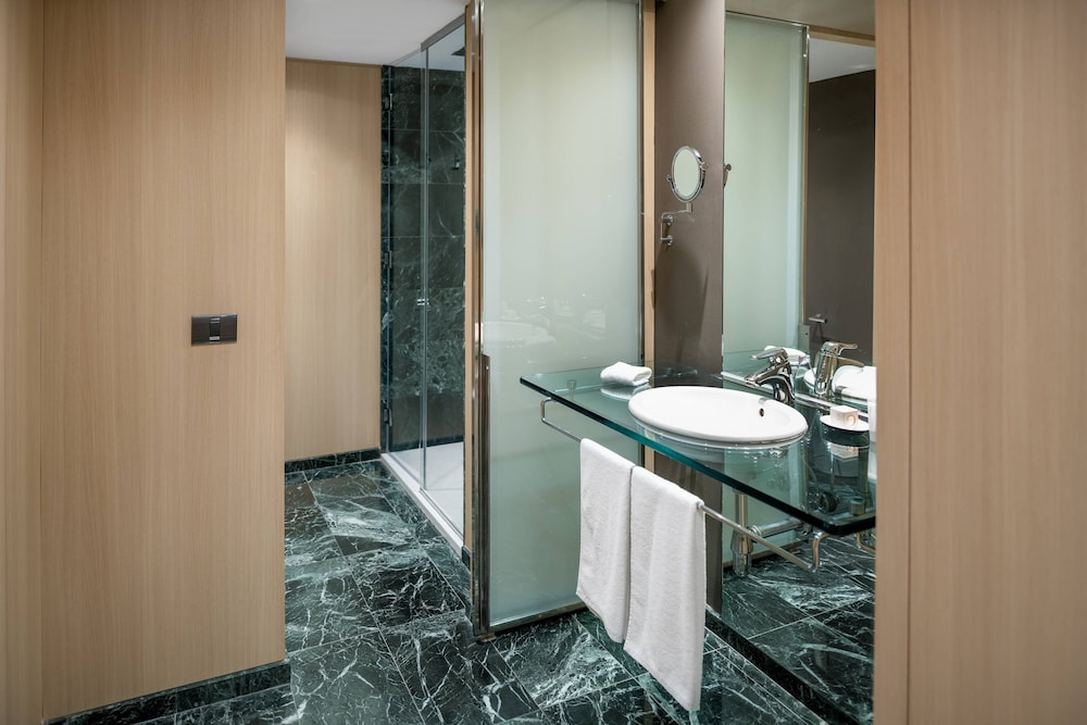 https://i.travelapi.com/hotels/1000000/50000/47000/46926/ed8aa1ad_z.jpg