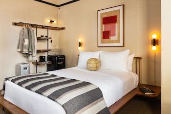 Standard Room, 1 Queen Bed (The Queen)