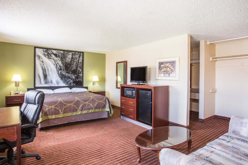 Suite : Suite, 1 King Bed, Non Smoking, Refrigerator & Microwave 3 of 67