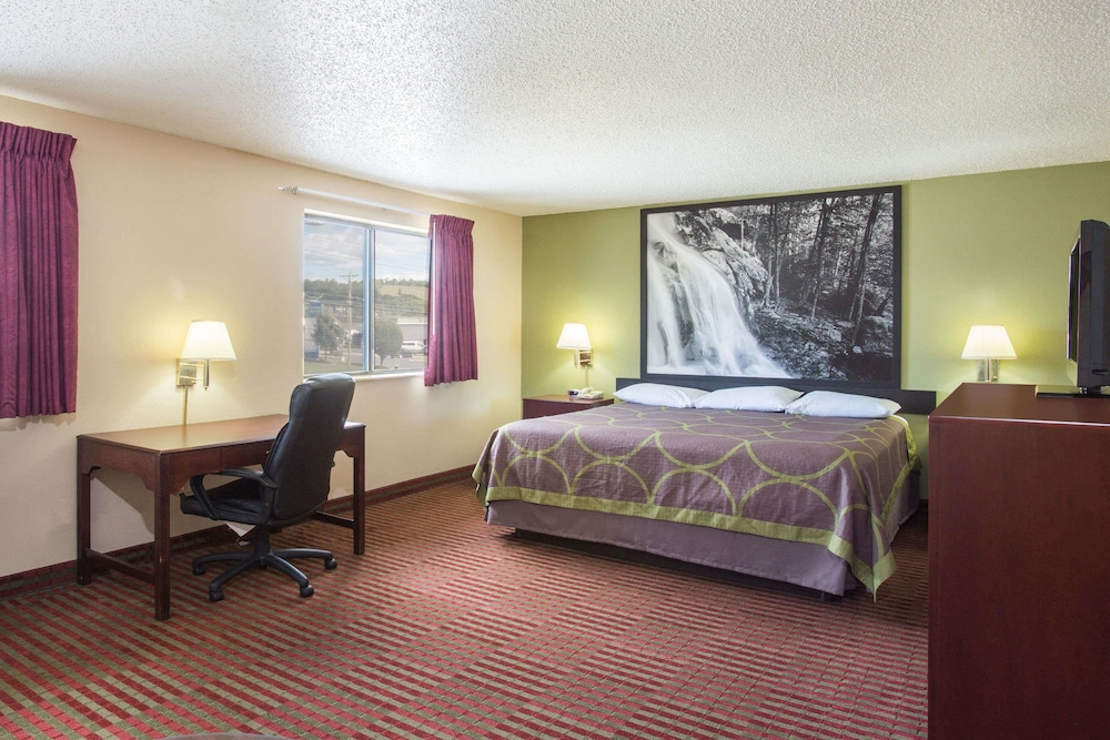 Suite : Suite, 1 King Bed, Non Smoking, Refrigerator & Microwave 4 of 67