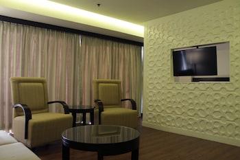 Century Park Hotel Manila Living Area