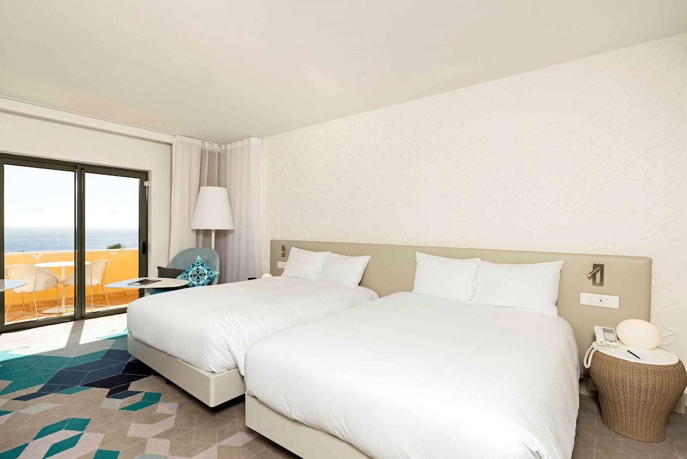 https://i.travelapi.com/hotels/1000000/530000/520500/520403/cbb55e75_z.jpg