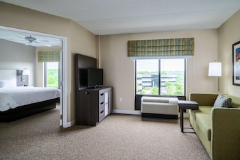 Suite, 1 King Bed, Accessible (3x3 Shower)