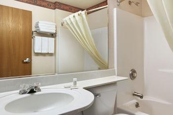 Microtel Inn & Suites by Wyndham Albuquerque West - Bathroom  - #0