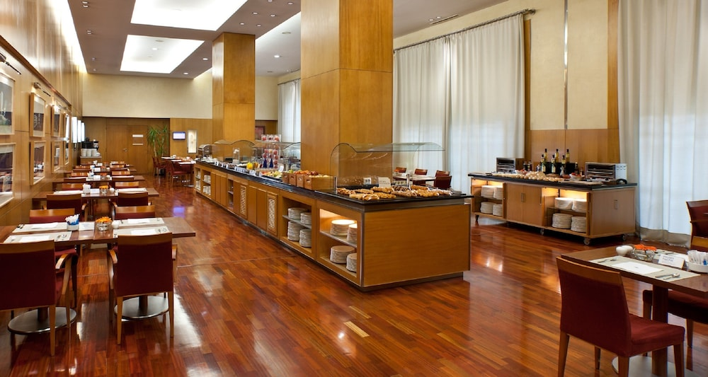 https://i.travelapi.com/hotels/1000000/530000/523400/523310/3a366eb3_z.jpg