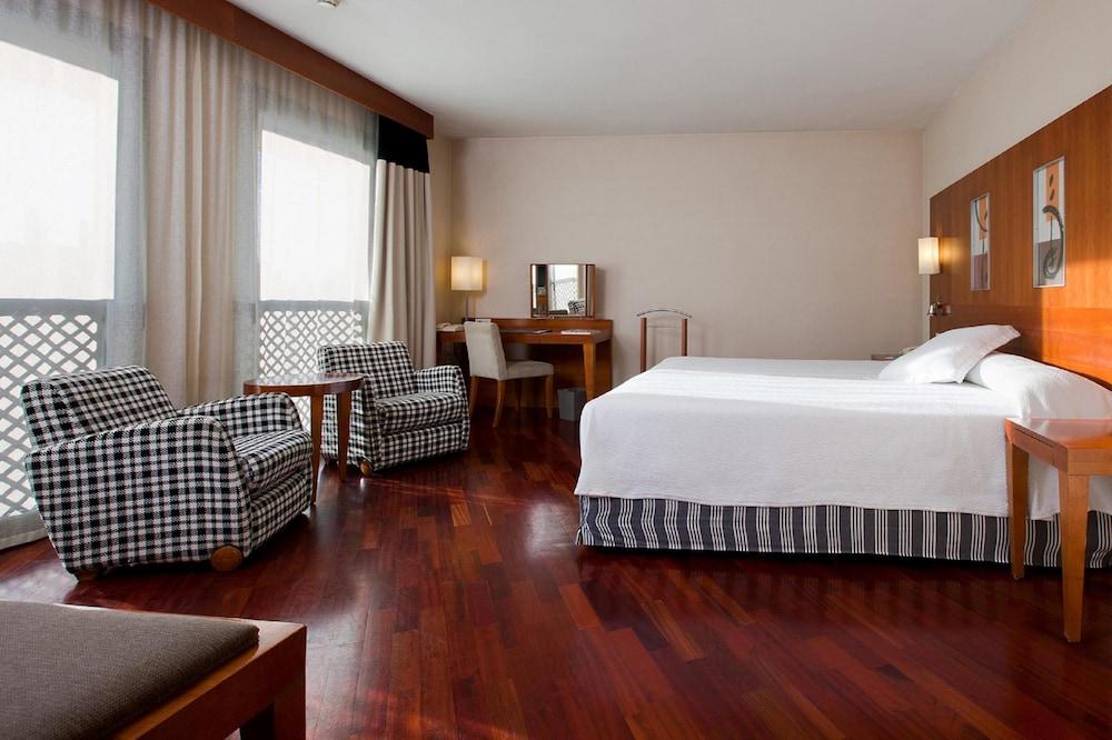 https://i.travelapi.com/hotels/1000000/530000/523400/523310/aa927fa2_z.jpg