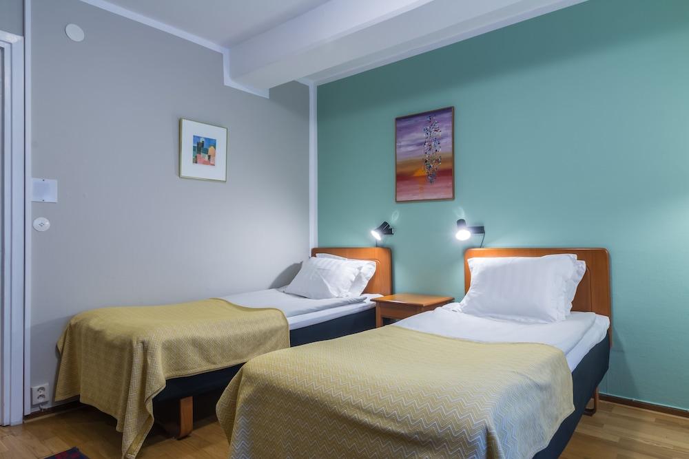 https://i.travelapi.com/hotels/1000000/530000/523700/523696/1f141bd9_z.jpg