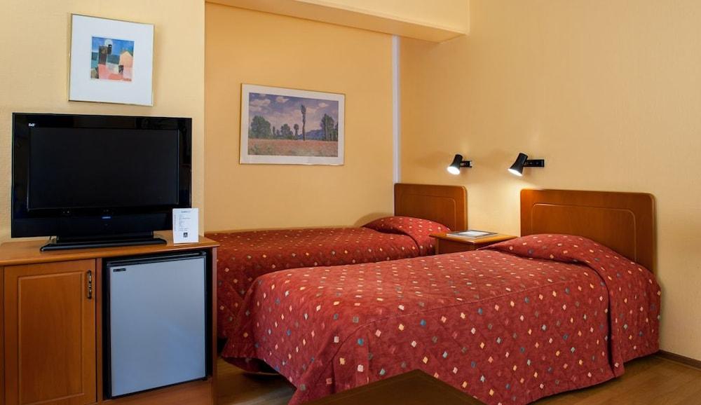 https://i.travelapi.com/hotels/1000000/530000/523700/523696/96c5e595_z.jpg