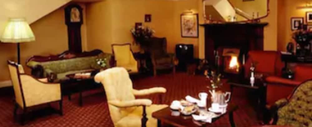 https://i.travelapi.com/hotels/1000000/530000/525600/525519/9d0999a0_z.jpg