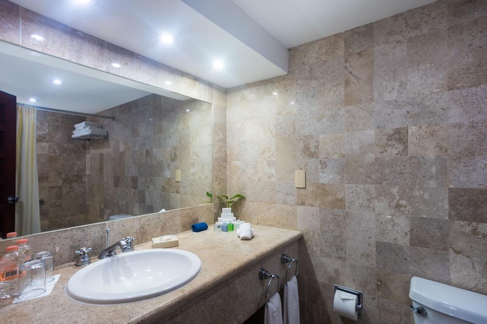 https://i.travelapi.com/hotels/1000000/530000/525800/525790/327ae650_z.jpg