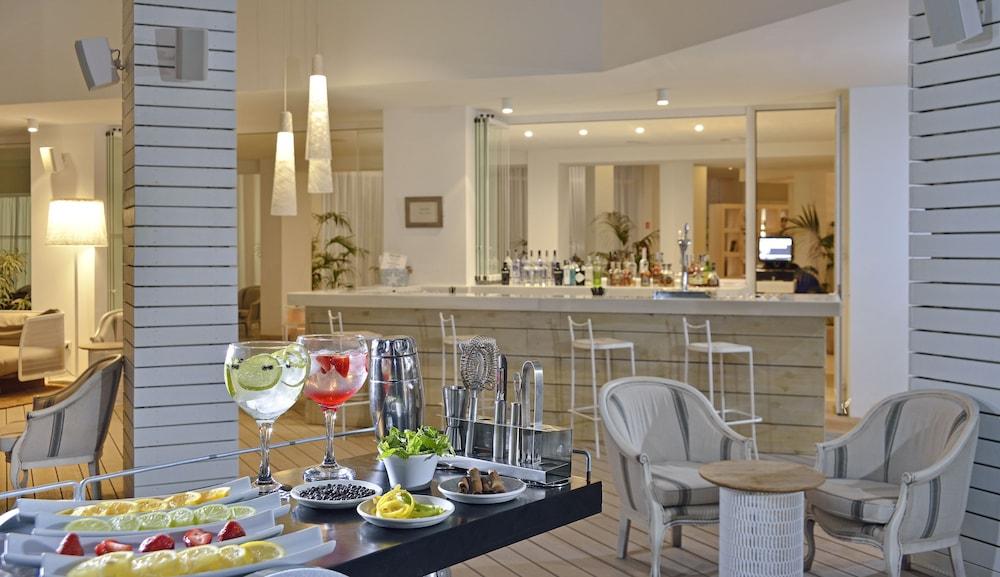 https://i.travelapi.com/hotels/1000000/530000/525900/525834/36cc131e_z.jpg