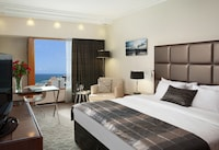 <p><strong>1 King Bed or 2 Twin Beds</strong></p><p>344-sq-foot (32-sq-meter) room, balcony with ocean views</p><br/><p><b>Internet</b> - Free WiFi </p><p><b>Entertainment</b> - Cable channels and pay movies </p><p><b>Food & Drink</b> - 24-hour room service and minibar</p><p><b>Bathroom</b> - Private bathroom, shower, free toiletries, and a hair dryer</p><p><b>Practical</b> - Safe, desk, and phone; rollaway/extra beds and free cribs/infant beds available on request</p><p><b>Comfort</b> - Air conditioning and daily housekeeping</p><p>Smoking/Non Smoking</p>&nbsp;
