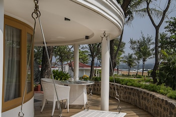 Premium Cottage, 1 King Bed, Partial Sea View