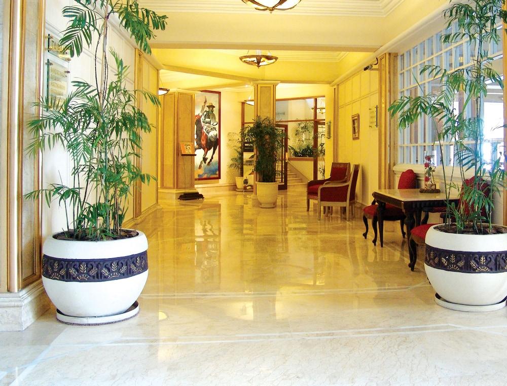 https://i.travelapi.com/hotels/1000000/530000/527200/527136/60d9adfb_z.jpg