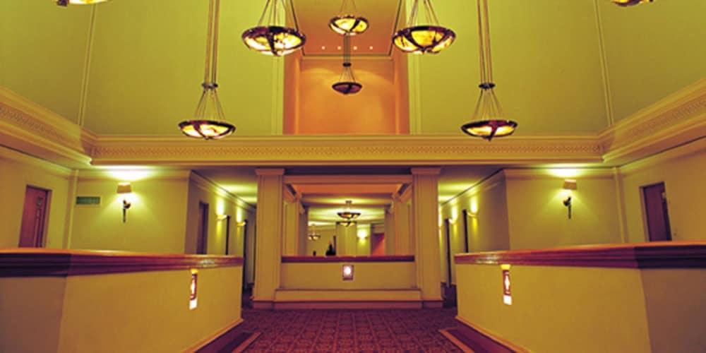 https://i.travelapi.com/hotels/1000000/530000/527200/527136/ebe00ce4_z.jpg