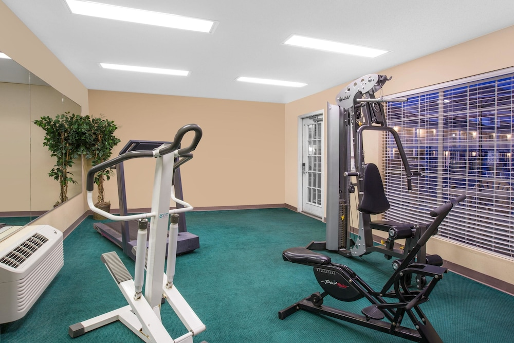 Health and Fitness : Fitness Facility 12 of 40
