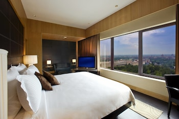 Club Room, 1 Queen Bed, City View