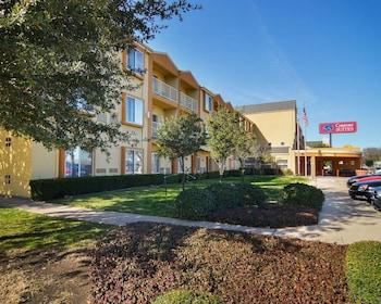 Exterior at Comfort Suites DFW Airport in Irving