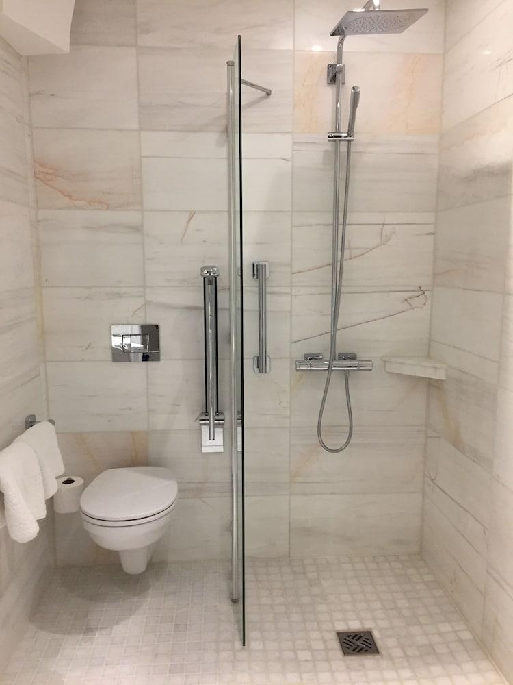 퀘벡스(Quebecs) Hotel Image 59 - Bathroom Shower