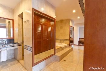 Waterfront Airport Hotel Cebu Bathroom