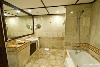 Waterfront Airport Hotel Cebu Bathroom