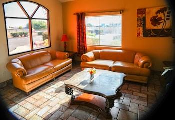 Lobby Sitting Area at Budget Inn in Phoenix