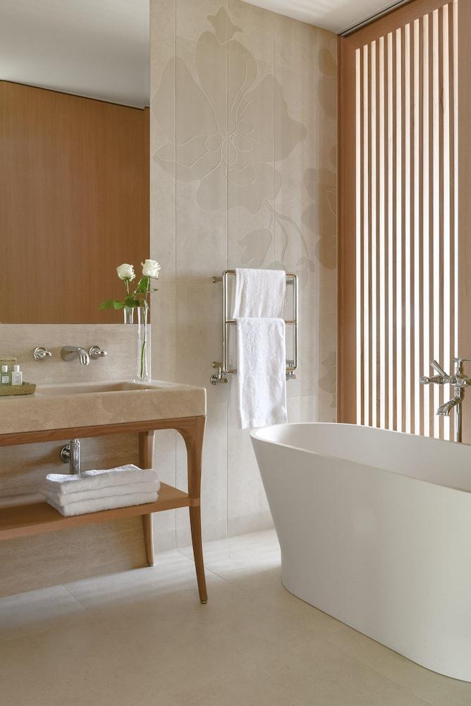 https://i.travelapi.com/hotels/1000000/540000/536100/536057/b63301a8_z.jpg