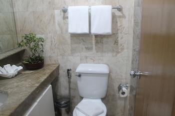Pearl Manila Hotel Bathroom