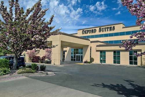 . Oxford Suites Yakima