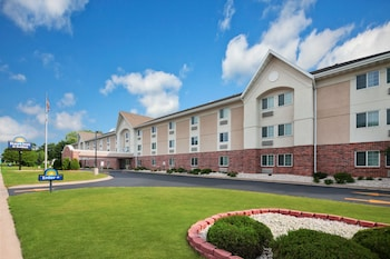 Hotel - Days Inn & Suites by Wyndham Green Bay WI.