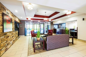 Lobby Sitting Area at Red Roof Inn & Suites Savannah Airport in Pooler