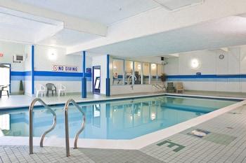 Howard Johnson Hotel - Victoria City Centre - Pool  - #0